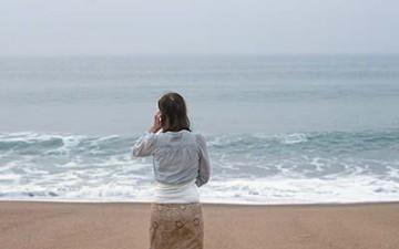 women-blended-into-beach